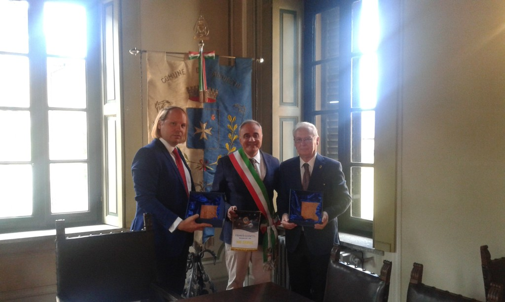 Il Chiarissimo Cavaliere Professore ALESSIO VARISCO riceve l'Helping Hands Award di Lions Clubs International Foundation dal Cav. FRANCO GUIDETTI, Governatore Distretto 108 LION Ib1