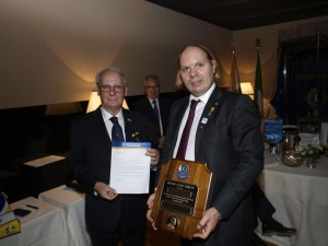 "il DG Franco Guidetti ha poi consegnato a fine serata, prima del taglio della torta (che recava al centro il guidoncino del Lions Club Carate Brianza Cavalieri), l'ambitissima Onorificenza ""Melvin Jones Fellow"" del Lions Clubs International ad Alessio Varisco"